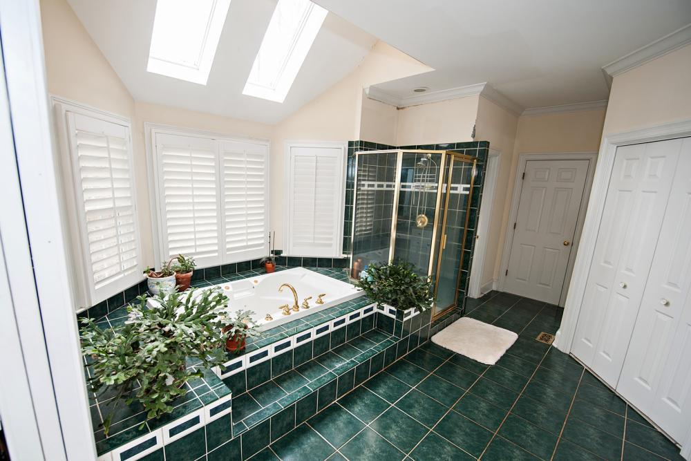 Dated colors, garden tub, and wasted space